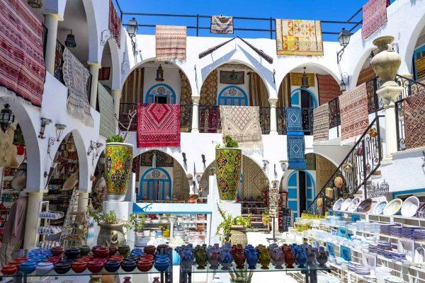 Tunisie. (Tunisie du Sud). Ile de Djerba. Houmt Souk. Magasin de souvenirs pour touristes dans la medina //  Tunisia. (Southern Tunisia). Island of Djerba. Houmt Souk. Souvenir shop for tourists in the medina